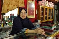 Diungkapkan oleh, kain songket Silungkang yang dijualnya berkisar dari 300 ribu hingga 1 juta rupiah per potong. Tokonya sendiri buka dari pukul 07.00 WIB hingga malam (Randy/detikTravel)