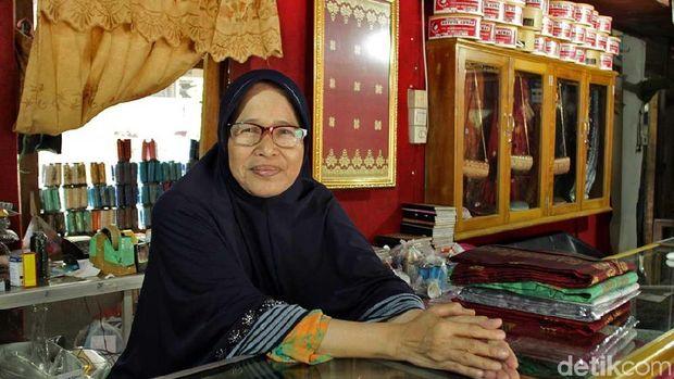 Ibu Aina selaku pemilik toko (Randy/detikTravel)
