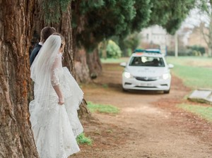 Kocaknya Aksi Polisi Ganggu Pasangan yang Lagi Foto Pernikahan