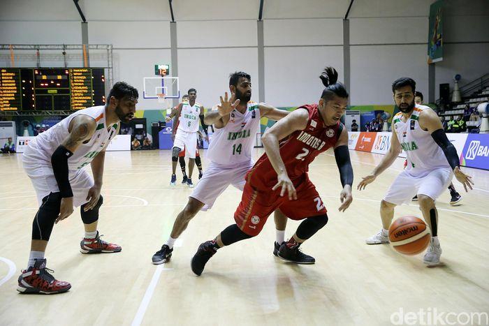 Pebasket Indonesia mendapat penjagaan ketat dari tiga pebasket India.