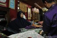 Sang pemilik toko yang bernama asli Aina Almardhiah. Ia mengaku telah berjualan dari tahun 1985 hingga sekarang (Randy/detikTravel)