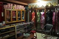 Suasana di dalam toko Songket Aina. Kabarnya tempat ini juga menjadi langganan pejabat setempat lho (Randy/detikTravel)