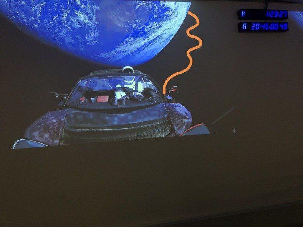 Setelah kemarin ada berbagai meme beredar termasuk Starman melihat bumi datar, meme yang lain kembali bermunculan. Ini adalah trik agar tidak keluar jalur, Roadster dipasang tali dari Bumi. (Foto: Internet)