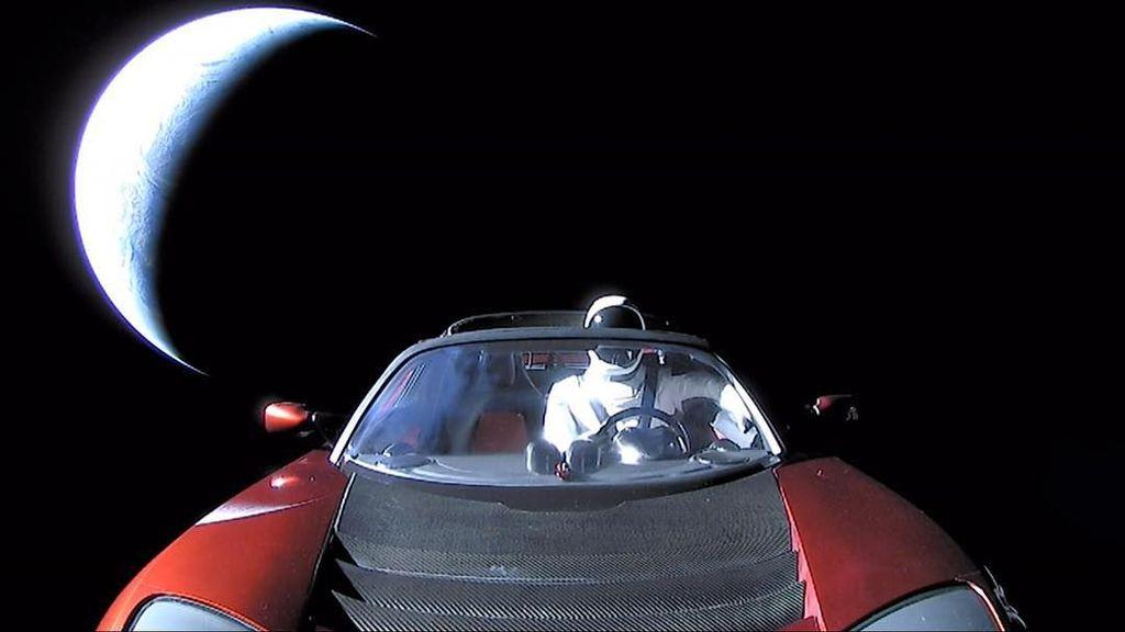 Elon Musk mengunggah sebuah cuitan yang menampilkan foto terakhir dari Starman dan Tesla Roadster yang akan menuju orbit Mars dan sabuk asteroid. (Foto: Internet)