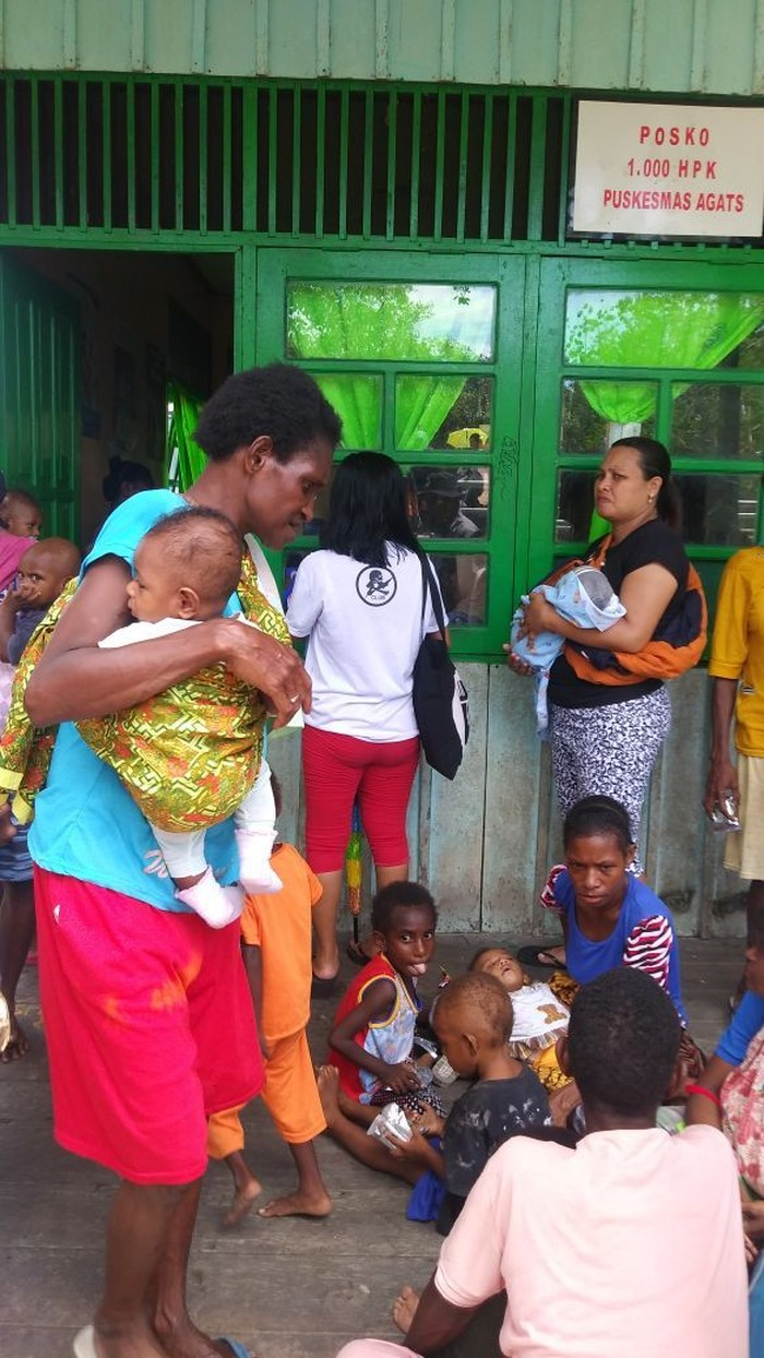 Posko 1000 Hari Pertama Kehidupan Puskesmas Agats masih disambangi oleh banyak masyarakat Asmat yang memeriksakan gizi anak-anak mereka. Foto: Dokumentasi Kemenkes