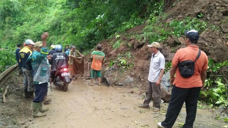 Hujan Deras, Tebing Setinggi 15 Meter di Mojokerto Longsor