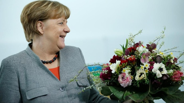 So Sweet! Saat Kanselir Jerman Terima Bunga Valentine