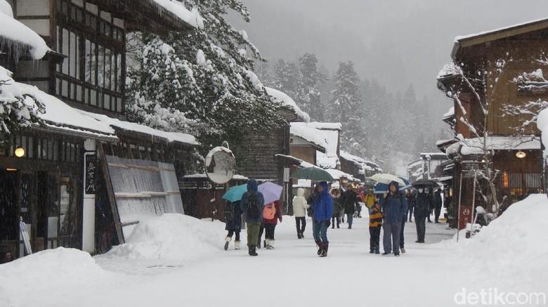 Wisatawan berkunjung di Desa Shirakawa-go (Fitraya/detikTravel)