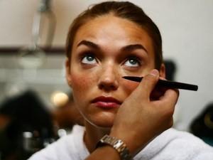 YouTuber Coba Buat Bintik-bintik Wajah Pakai Henna, Malah Jadi Mirip Chucky