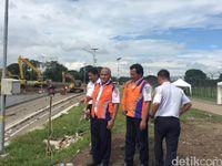 Direktur Operasional PT KAI Slamet Susanto meninjau jalur kereta bandara