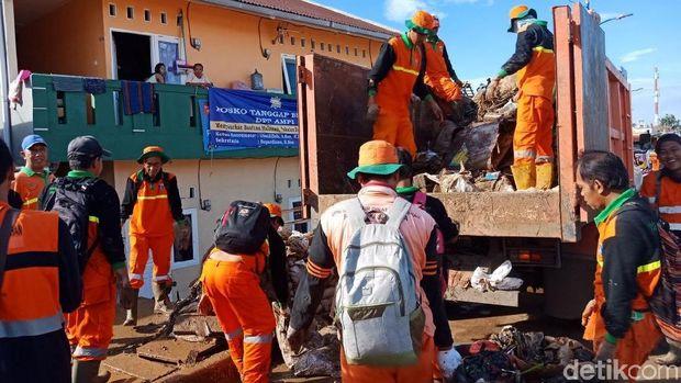 Petugas berjibaku bersihkan sampah sisa banjir di Kampung Pulo
