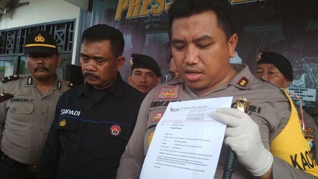 Polisi menunjukkan surat tugas palsu yang dibawa pelaku