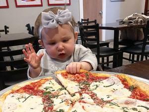 Ekspresi Menggemaskan Bayi Saat Foto Bareng Makanan Berlimpah