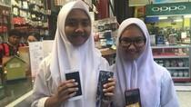 HP-nya Terlindas Mobil Presiden, Dini Dapat HP Baru dari Jokowi
