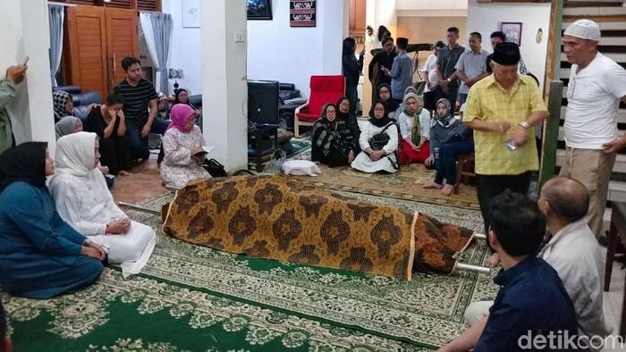 Foto: Jenazah produser RTV yang ditabrak SUV tiba di rumah duka di Bandung (Tri Ispranoto)