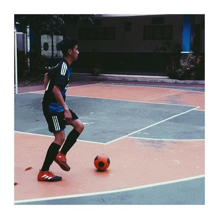 Bukan hanya gaya busana kesehariannya, gayanya saat berada di lapangan futsal pun menarik perhatian netizen, terutama para remaja wanita. (Foto: Instagram/abidzar79)