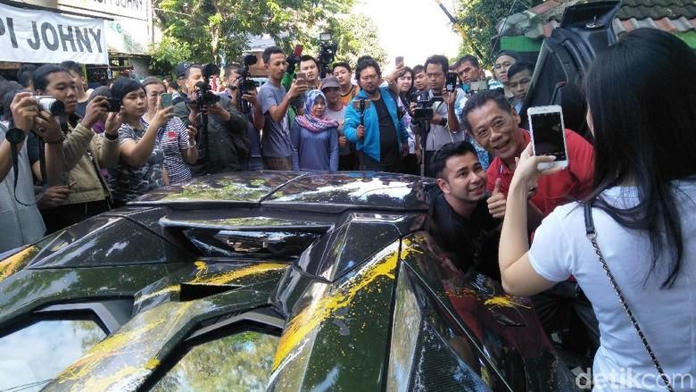 Punya Lambo, Raffi dan Hotman Pakai Buat Keliling Perumahan dan Cari Bakmie Foto: Ruly Kurniawan