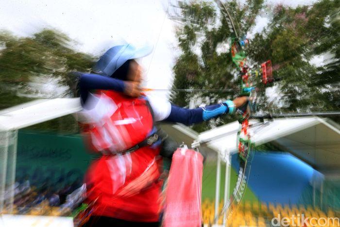 Seorang atlet tengah membidik papan target.