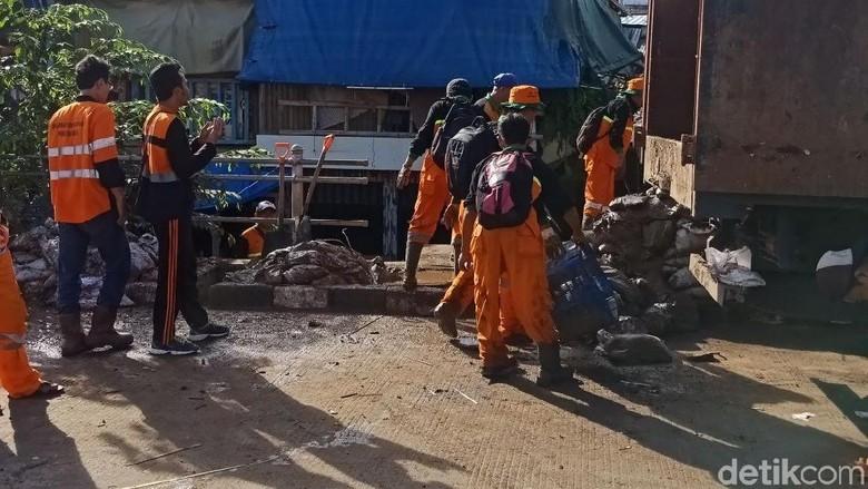300 Petugas Berjibaku Bersihkan Sampah Sisa Banjir di Kampung Pulo