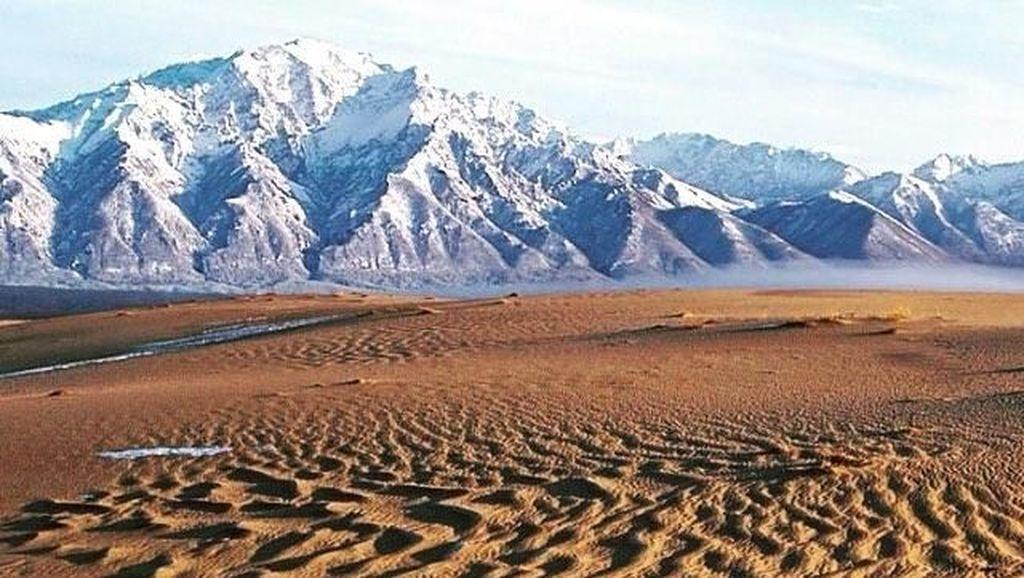 Foto: Aneh Tapi Nyata, Gurun Pasir di Tengah Pegunungan Salju