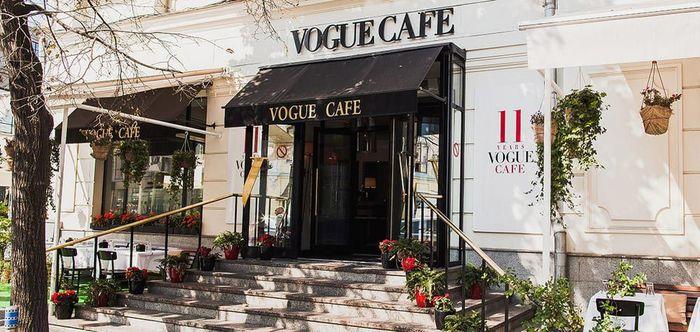 Vogue Cafe, sejak dibuka pada Juli 2003, Cafe di Moskow sukses luar biasa menggabungkan masakan klasik Eropa yang dibumbui oleh suasana Rusia. Dengan desain interior yang menarik, taplak meja putih, bunga indah dan gelas kristal, kafe ini membangkitkan kelas yang berbeda dengan dan gaya modern. Setiap hidangan yang mereka sajikan dimasak oleh koki yang kompeten dari bahan-bahan segar yang tersedia, dengan beberapa hidangan pun menawarkan tanda tangan juga. Salah satu contohnya adalah salad Olivier Rusia yang menggabungkan salmon panggang. (Istimewa).