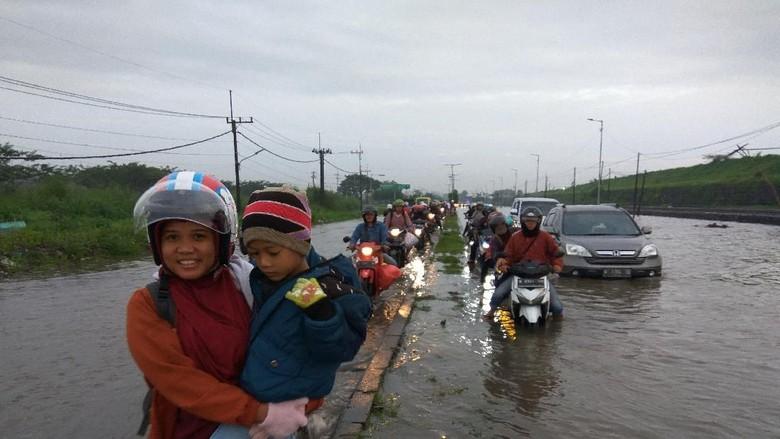Hujan Deras Banjiri Jalan Raya Porong Lama, Banyak Motor Mogok