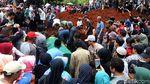 Detik-detik Pemakaman Jenazah Korban Kecelakaan Tanjakan Emen