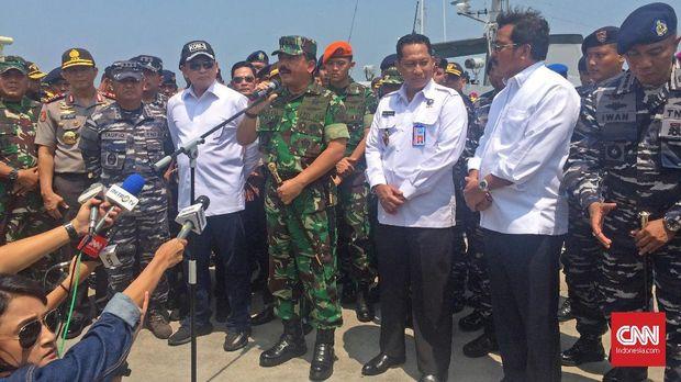 Panglima TNI Marsekal Hadi Tjahjanto (tengah) saat meninjau penangkapan sabu seberat satu ton yang berhasil digagalkan oleh TNI AL di Pangkalan TNI AL Batam, Minggu (11/2).