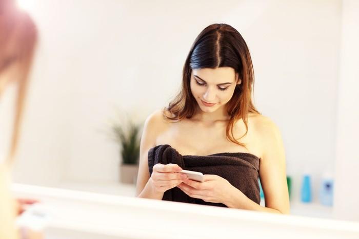 Survei yang sama juga mengungkap 1 dari 6 responden langsung memegang ponsel setelah cebok. Hasilnya, 16 persen ponsel mereka terkontaminasi Escherichia coli, bakteri yang ditemukan pada kotoran manusia. Foto: Thinkstock