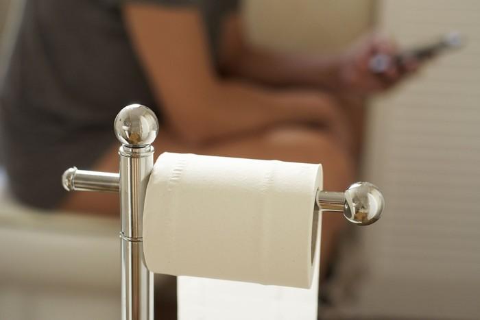 Dalam sebuah kasus terbaru, terlalu lama duduk di toilet memicu prolaps rektum. Usus seorang pria di China keluar dari usus setelah duduk lebih dari 30 menit di toilet sambil memainkan ponsel. Foto: Thinkstock