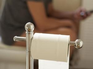 Seram! Usus Keluar Gara-gara Kelamaan Memainkan Ponsel di Toilet