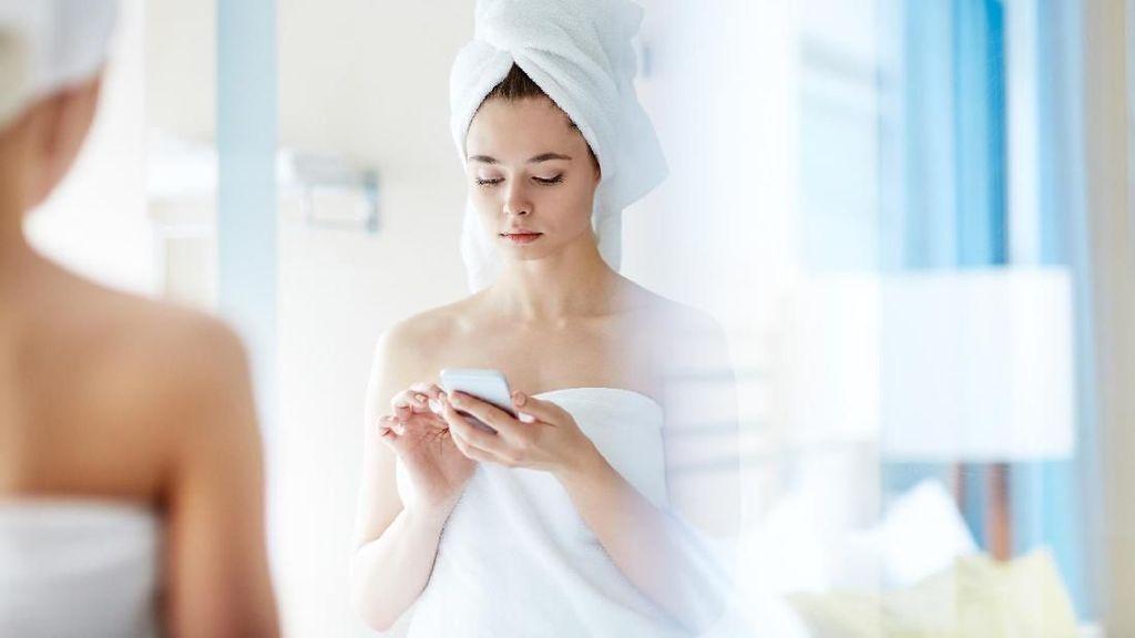 10 Hal yang Bisa Terjadi Jika Ponsel Dibawa ke Toilet