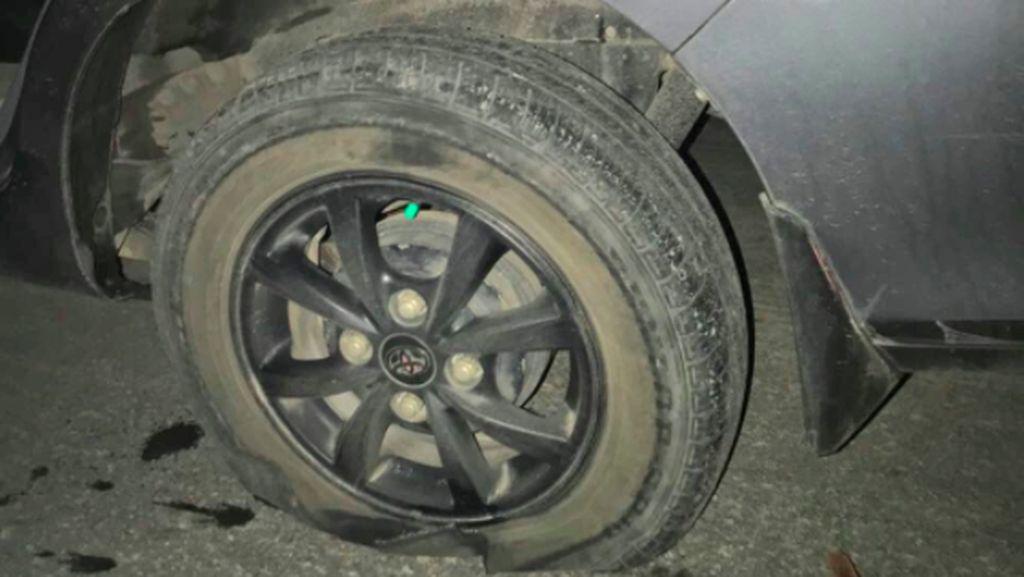 Hati-hati, Jalan Rusak di Bekasi Bikin Banyak Mobil Pecah Ban