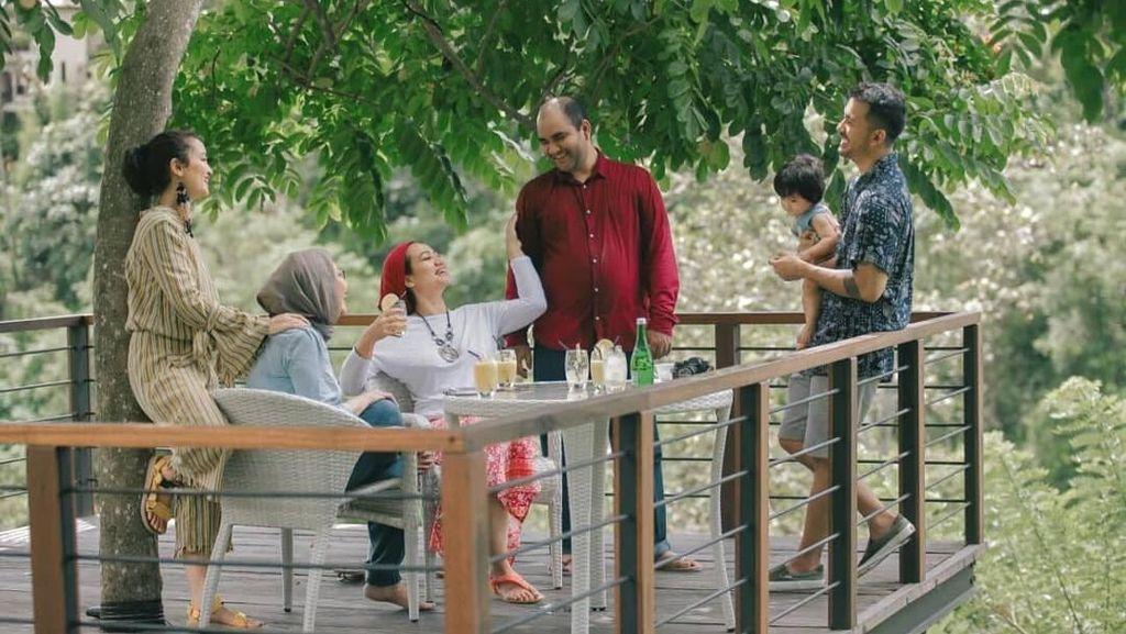 Keluarga Rio Dewanto Kulineran di Ubud hingga Momen Bos Facebook dengan Makanan