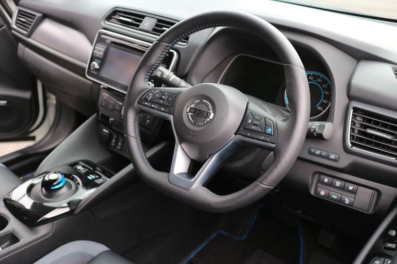 Pastikan semua perangkat yang ada di dalam mobil seperti audio dan AC sudah mati sebelum mematikan mesin. Foto: Dina Rayanti