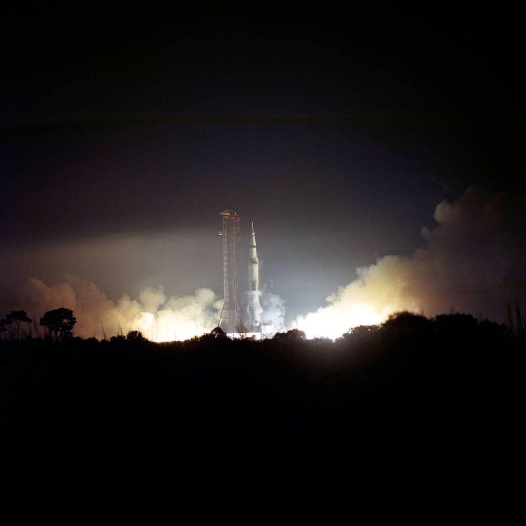 Detik-detik Apollo 17 mengangkasa. Ini adalah misi keenam dari program Apollo sekaligus terakhir di mana manusia berhasil menginjakkan kakinya di Bulan. Foto: NASA