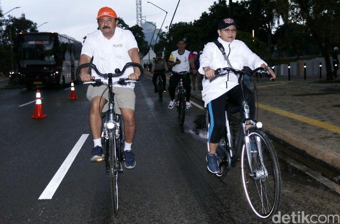 Retno Marsudi datang ke lokasi acara di GBK dengan menggunakan sepeda, Minggu (11/2/2018).