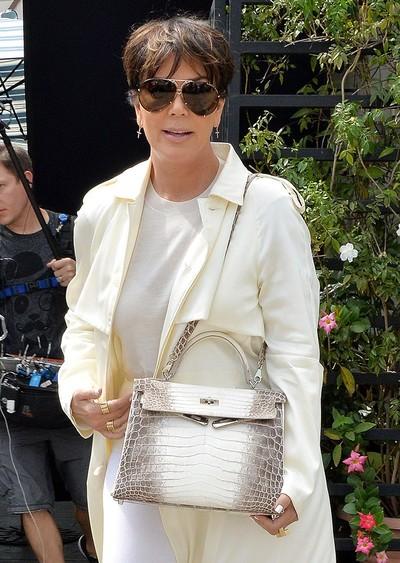 Kris Jenner dengan tas Hermes Birkin Himalayan seharga miliaran Rupiah. Foto: istimewa