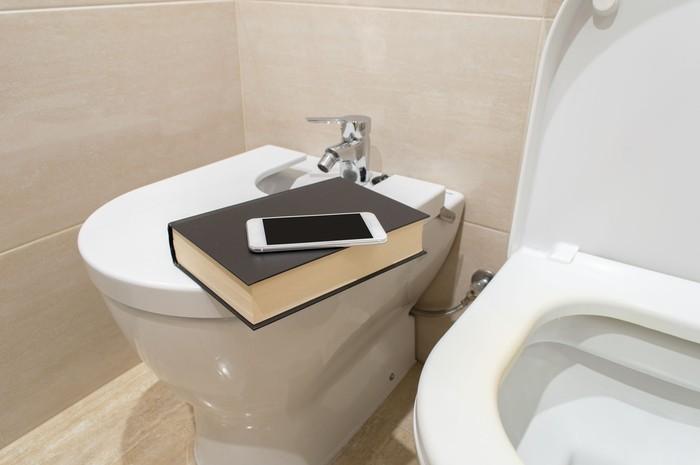 Dan karena dianggap sepele, risiko kontaminasi kuman pada permukaan ponsel kerap terabaikan. Menurut penelitian, permukaan toilet justru 18 kali lebih bersih dari permukaan ponsel. Foto: Thinkstock