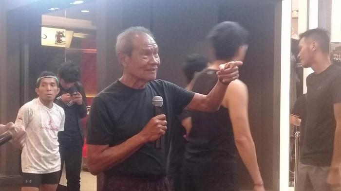 Umur 77 tahun bukanlah hambatan bagi Paulus Pesurnay untuk tetap berolahraga dan melatih. Foto: Frieda/detikHealth