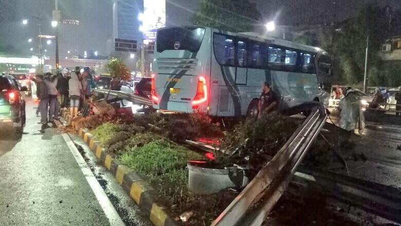Bus Tabrak Pembatas Jalan Tol Senayan Berujung Kecelakaan Beruntun