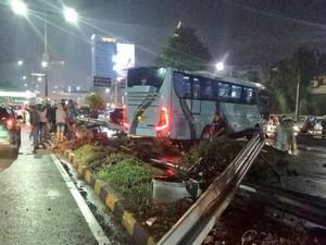 Bus Tabrak Pembatas Jalan di KM 9 Tol Senayan Arah Cawang