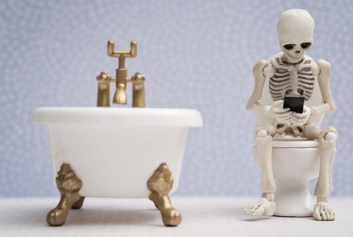 Risiko kecanduan juga perlu diantisipasi. Sebuah survei di Amerika Serikat menyebut 30 persen responden tidak bisa buang air besar dengan lancar jika tidak membawa ponsel. Foto: Thinkstock