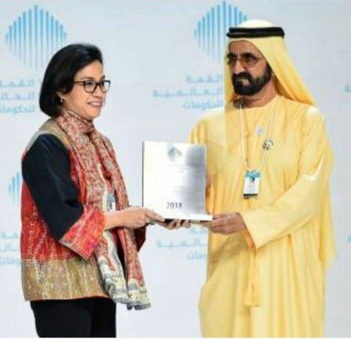 Penghargaan tersebut diserahkan oleh pemimpin Dubai, Sheikh Mohammad bin Rashid Al Maktoum. Istimewa/@smindrawati.