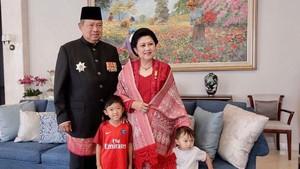 Rekam Tingkah Cucu Saat Salat, Ani Yudhoyono Banjir Komentar