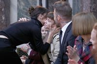 Victoria Beckham mencium keluarganya usai fashion show di New York Fashion Week baru-baru ini.