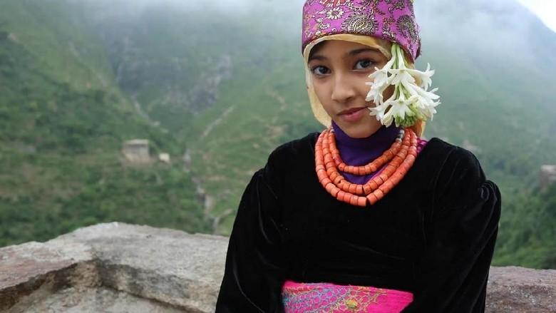 Salah seorang gadis di pemukiman (Abduljabbar Zeyad/Reuters)