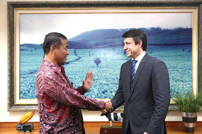 Mentan Amran Sulaiman bersama Wakil Menteri Pertanian Brazil, Eumar Roberto Novacki (Foto: Dok. Kementan)