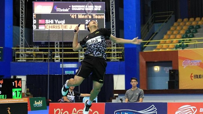 Jonatan Christie membuka keunggulan Indonesia dengan mengalahkan Shi Yuqi di partai pertama. Sempat kalah di gim pertama, Jonatan bangkit dan menang 16-21, 21-17, 21-18. Foto: dok. Humas PBSI