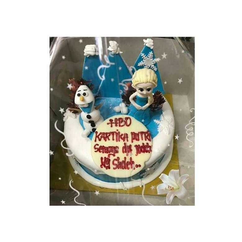 Di momen ulang tahunnya, Kartika mendapat kue ulang tahun bertema Frozen. Di atas kuenya juga tertulis ucapan sekaligus doa, HBD Kartika Putri. Semoga dapat jodoh soleh. Foto: Instagram